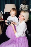 Mère et petite fille posant dans l'intérieur de nouvelle année Photographie stock