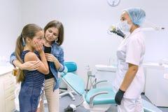 Mère et petite fille rendant visite au dentiste pédiatrique aux cliniques dentaires photo libre de droits