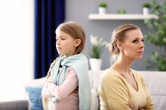 Mère et peu de fille ayant l'argument à la maison images stock