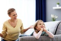 Mère et peu de fille ayant l'argument à la maison image libre de droits