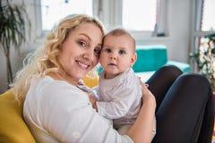 Mère et sa chéri Images libres de droits