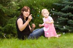 Mère et sa chéri dans le jardin images libres de droits