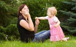 Mère et sa chéri dans le jardin Photographie stock libre de droits