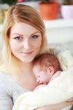 Mère et sa chéri nouveau-née Image stock