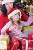 Mère et sa fille avec des présents de cristmas Photographie stock