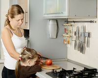 Mère et sa fille dans la cuisine Photo stock
