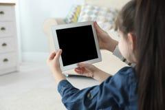 Mère et sa fille employant la causerie visuelle sur le comprimé à la maison images stock