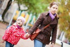 Mère et sa fille marchant main dans la main image libre de droits