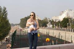 Mère et sa petite de fils session dehors Photo stock