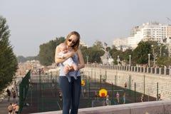 Mère et sa petite de fils session dehors Photographie stock