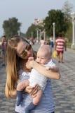 Mère et sa petite de fils session dehors Photographie stock libre de droits