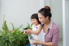 Mère et sa petite fille faisant le jardinage photos libres de droits