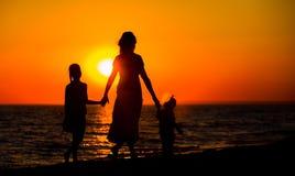 Mère et ses silhouettes de gosses Photo stock