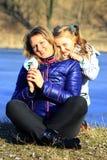 Mère et son étreinte et sourire de fille Image libre de droits