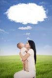 Mère et son bébé avec la parole de nuage Images libres de droits