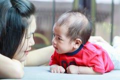 Mère et son bébé regardant entre eux Photographie stock libre de droits