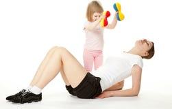 Mère et son descendant faisant des exercices de sport Images stock