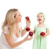 Mère et son enfant avec la nourriture saine Images stock