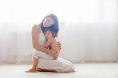 Mère et son enfant, embrassant Image stock