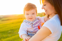Mère et son enfant jouant au printemps le champ Photos stock
