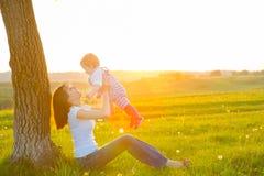 Mère et son enfant jouant au printemps le champ Image libre de droits