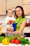 Mère et son fils à la cuisine Images libres de droits
