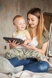 Mère et son fils étreignant et jouant Photos libres de droits