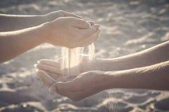 Mère et son jeu d'enfant avec le sable r Photos libres de droits