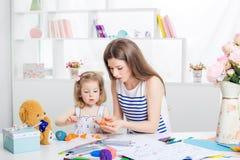 Mère et son petit dessin de fille Photo libre de droits
