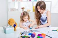 Mère et son petit dessin de fille Photographie stock libre de droits