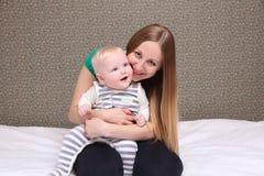 Mère et son petit fils à la maison Photo stock
