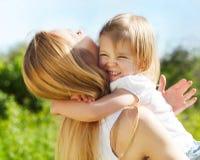 Mère et son petit jour de fille au printemps Photographie stock libre de droits