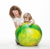 Mère faisant des exercices de sport avec le petit descendant photographie stock libre de droits