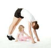 Mère faisant des exercices de sport avec son descendant Photographie stock libre de droits