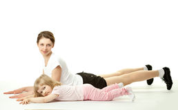 Mère faisant des exercices de sport avec son descendant Photo libre de droits