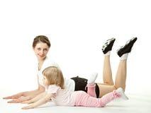 Mère faisant des exercices de sport avec son descendant Images stock