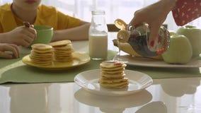 Mère faisant frire des crêpes pour deux garçons Garçons prenant le petit déjeuner banque de vidéos
