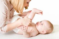 Mère faisant la gymnastique son bébé Photos libres de droits
