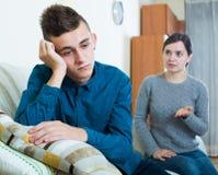 Mère fatiguée réprimandant le fils adolescent à la maison Photo stock
