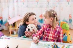 Mère, fille et chien heureux Photos stock