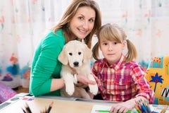 Mère, fille et chien heureux Images libres de droits