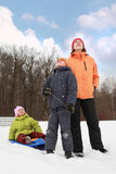 Mère, fils et descendant restant sur la neige Image libre de droits