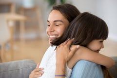 Mère franche étreignant la fille exprimant l'amour et la dévotion photo stock