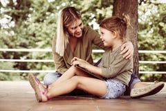 Mère gaie avec sa fille extérieure image stock