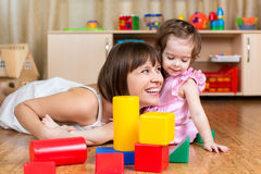 Mère gaie et enfant jouant avec des jouets Images libres de droits