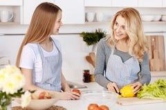 Mère gaie et fille faisant cuire dans la cuisine Photo libre de droits