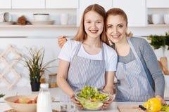 Mère gaie et fille faisant cuire dans la cuisine ensemble Images stock