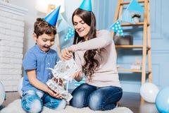 Mère gaie et fils jouant avec des robots de jouet Photographie stock libre de droits