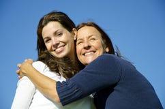 Mère heureuse étreignant le descendant heureux dans l'amitié Images stock