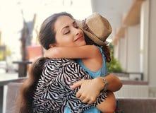 Mère heureuse étreignant sa fille avec l'amour et émotion naturelle Photographie stock